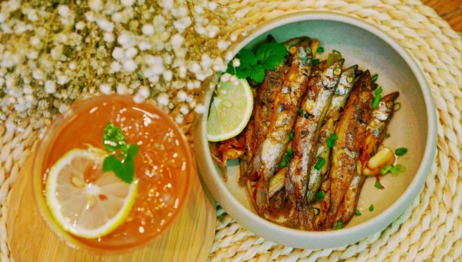 【夏厨】酥脆的焦嫩多春鱼 再来一杯石榴酒敬月光
