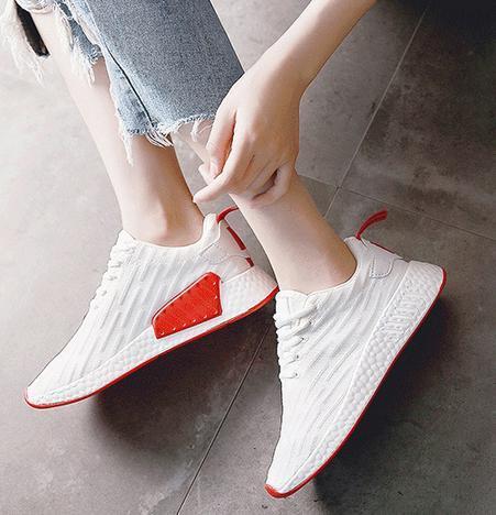 休闲鞋了过时了,这样的小白鞋穿着更时尚,明年也不过时